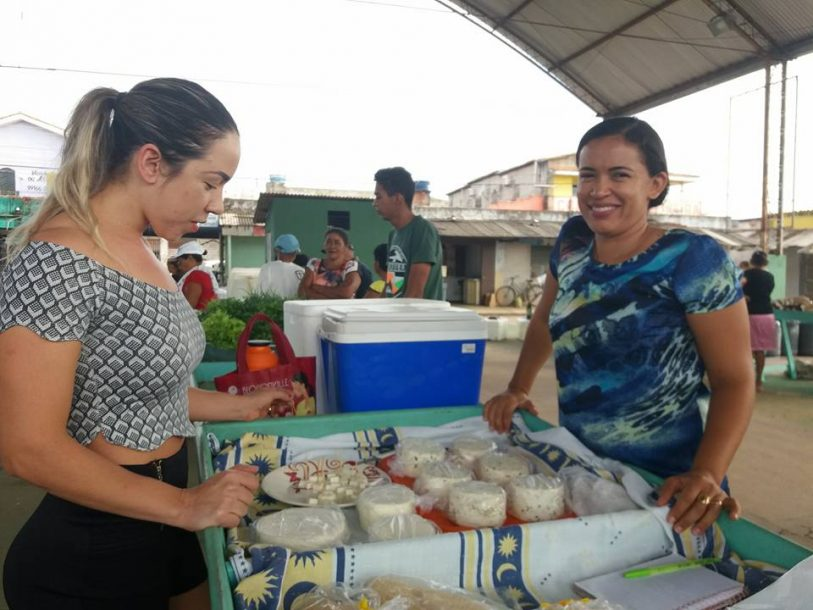 Pricila (d) vende queijos na feira (1)